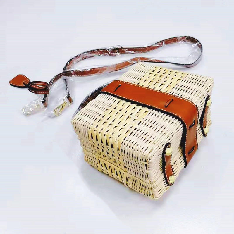 Wholesale custom leisure vacation style hand woven rattan shoulder bag
